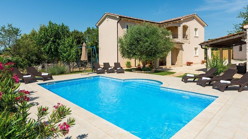 Villa with charming garden and pool, near the sea, location de vacances à Trget