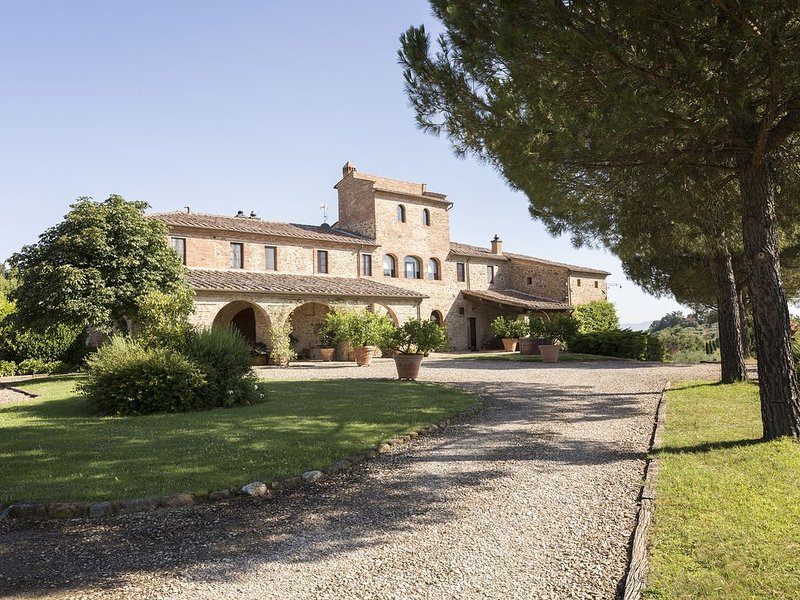 Beautiful private Villa with pool in the heart of Tuscany, vacation rental in Amorosa