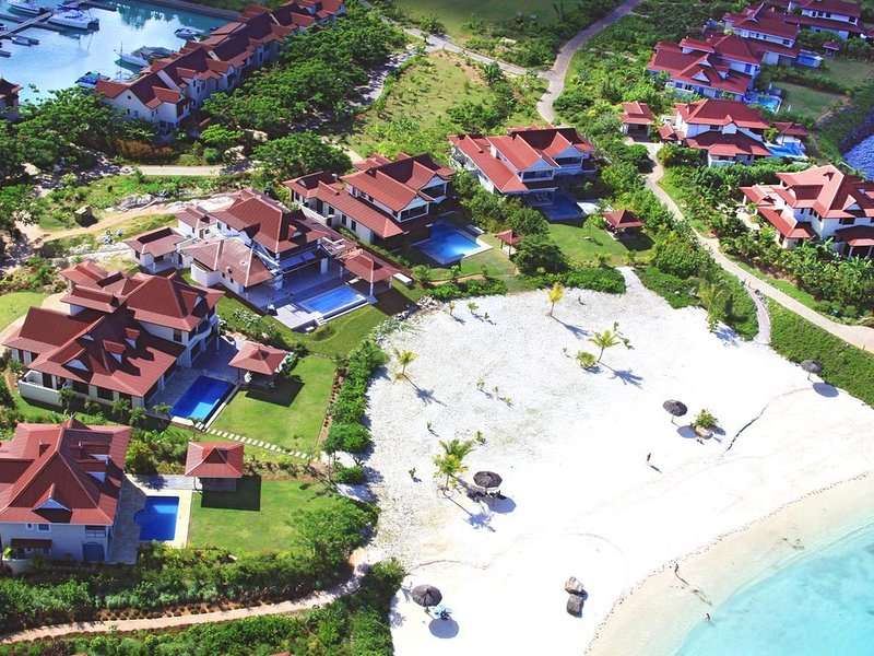 NEW LISTING: Eden Island (Private Island) Waterfront Elegant 2 Bedroom Apartment, location de vacances à Mare Anglaise