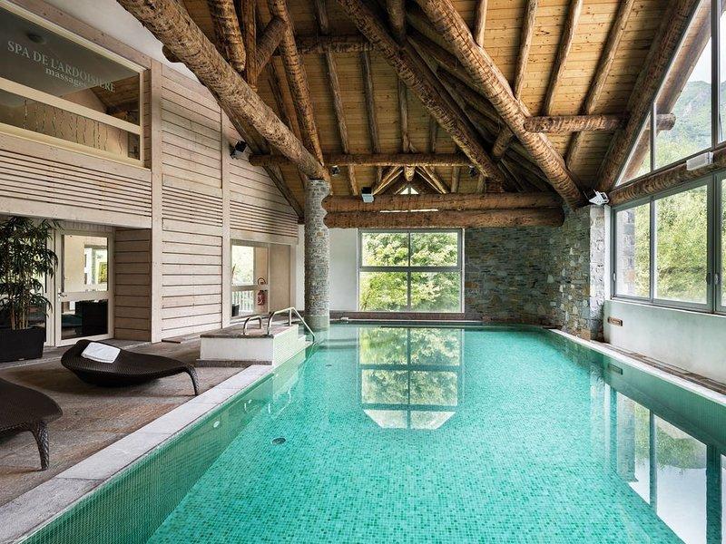 Appartement chaleureux avec Accès Piscine | À 2 mins du télécabine, holiday rental in Gouaux