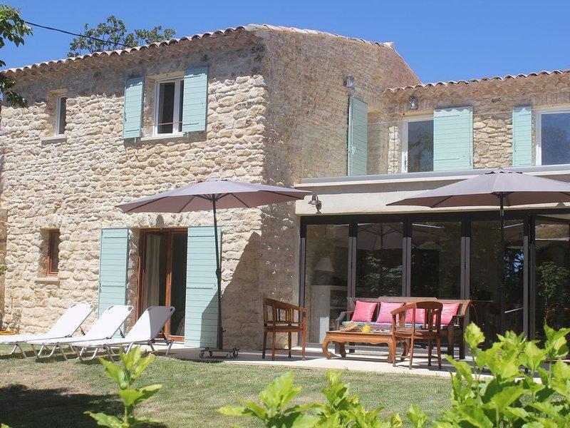 Au coeur du Luberon Mas de charme en pierres avec piscine clôturée, casa vacanza a Caseneuve