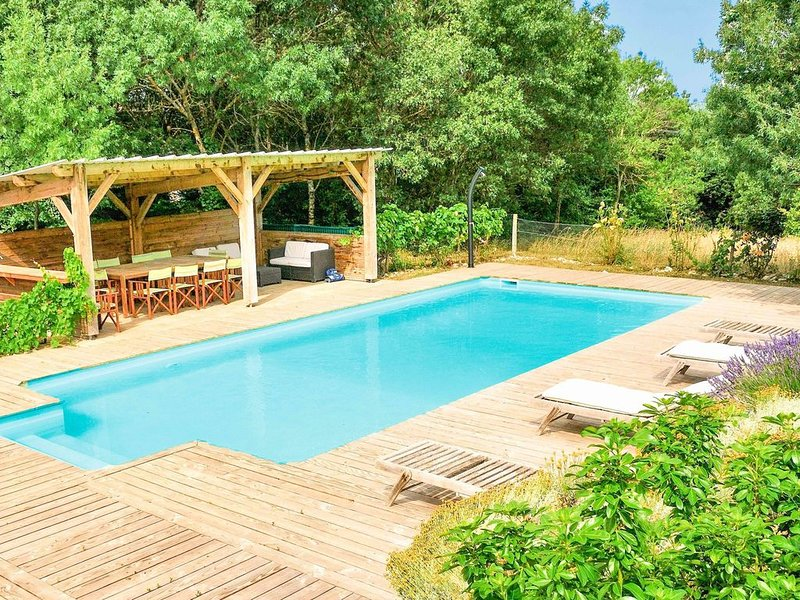 Splendid Holiday Home in Roquetaillade with Swimming Pool, holiday rental in Magrie