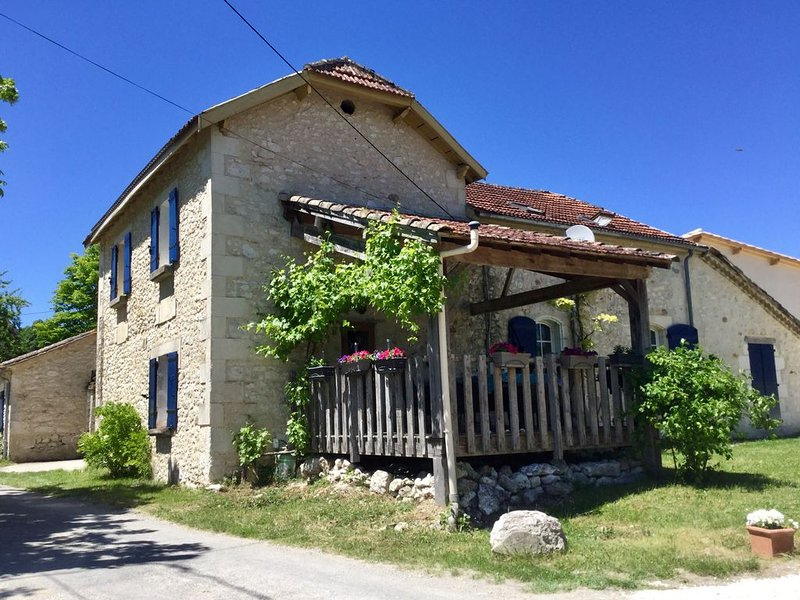 Rural gite with pool and lake views, holiday rental in Gaugeac