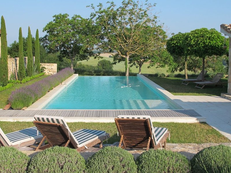 4 bedroom luxury villa/estate. Stunning Views. Heated Infinity Pool / Aircon., holiday rental in L'Isle-Bouzon