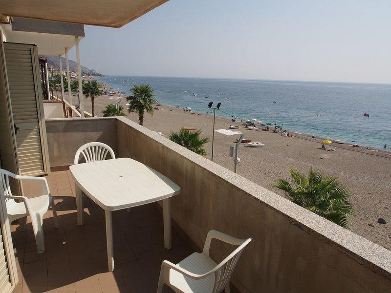 Appartamento sul lungomare di Letojanni, holiday rental in Gallodoro