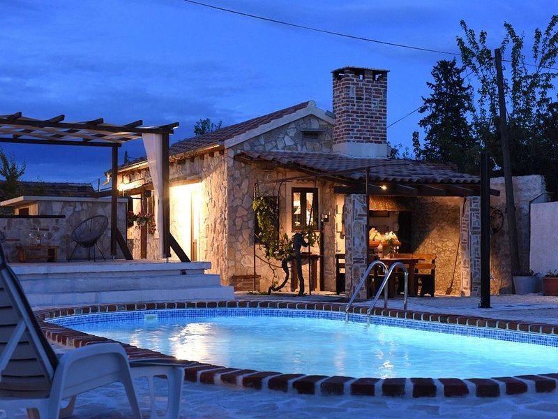 Charming holiday home with private pool, lovely terrace, BBQ, nice guesthouse, location de vacances à Suhovare