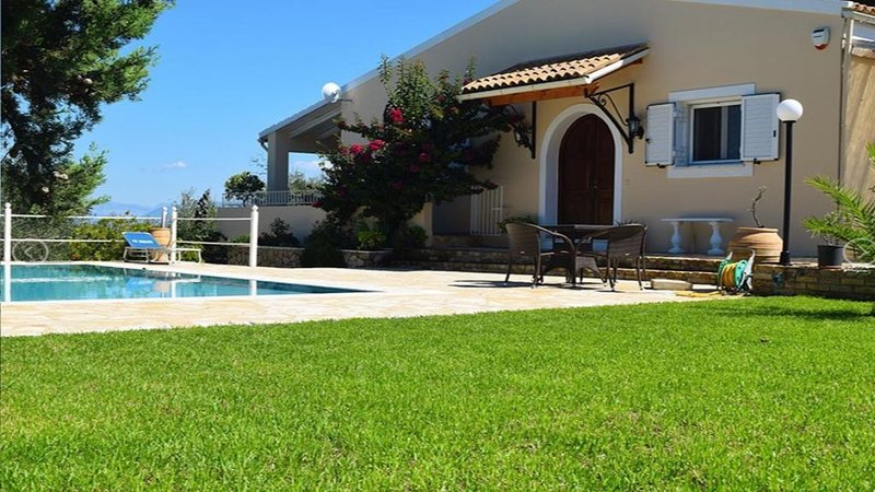 Stunning villa in a rural location with sea views, location de vacances à Temploni