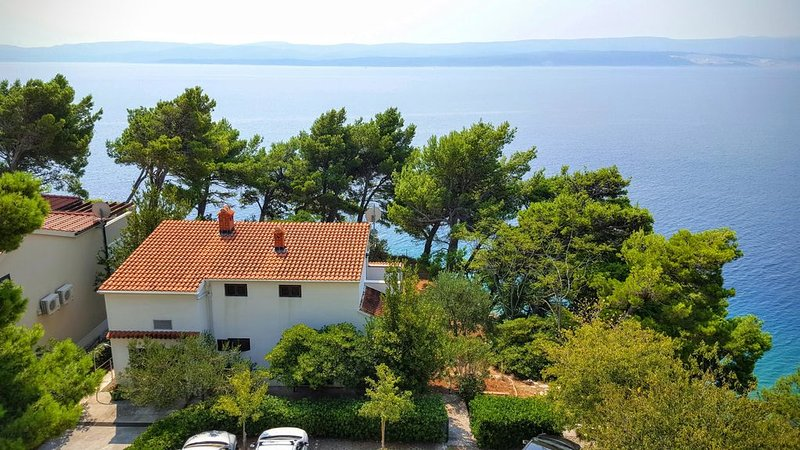 Family-friendly sea front beach house sleeps 4-5 in Medići, Omiš, Split Riviera, holiday rental in Mimice