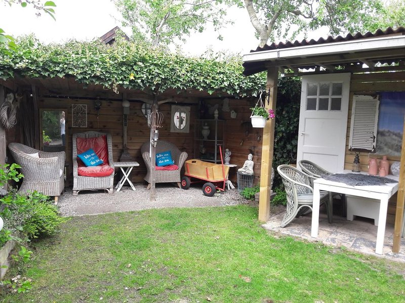 Knus zomerhuisje op 100 m van strand, aluguéis de temporada em Groote Keeten