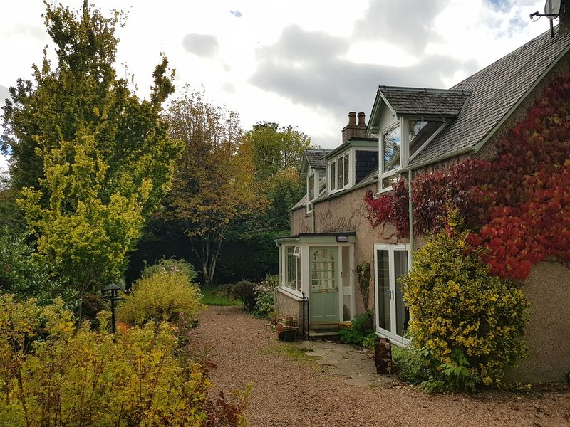 A lovingly Restored Blacksmith's Cottage, vacation rental in Bridge of Cally