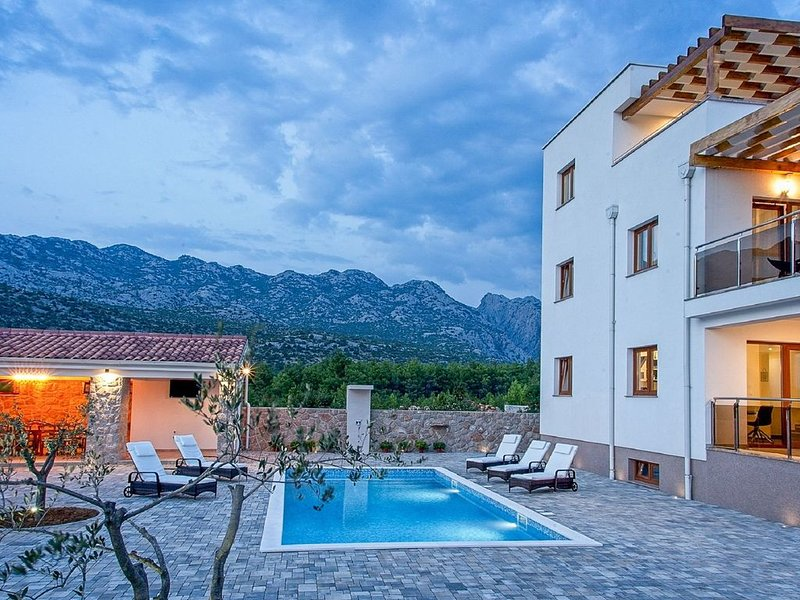 Luxurious villa with private swimming pool, jacuzzi & sauna, lovely taverne, alquiler vacacional en Seline