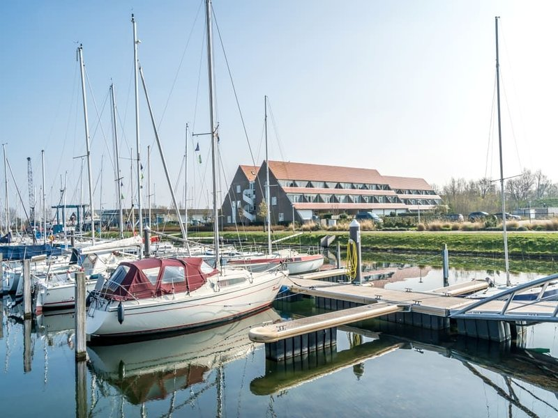 "Modern decorated apartmant with balcony overlooking the ""Grevelingenmeer"", vacation rental in Herkingen"