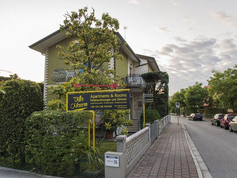 Luminoso monolocale in villetta a Sabbiadoro, CENTRALISSIMO e vicino al mare, vacation rental in Varmo