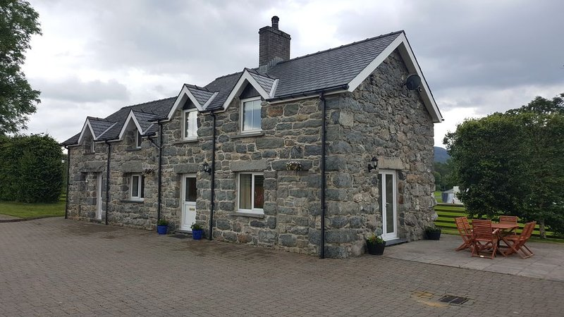 Stone built Cottage within a few yards of Bala Lake, vacation rental in Bala