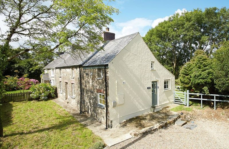 2 Tregroes Cottage is a delightful stone cottage surrounded by beautiful country, vacation rental in Fishguard
