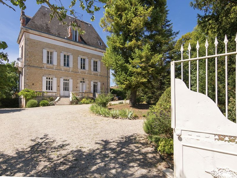 Upscale Mansion in Brouchaud with Views Across Private Pool, holiday rental in Sarliac-sur-l'Isle