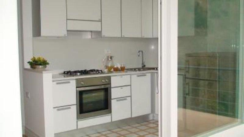 Splendido appartamento in Costiera Amalfitana con piscina e posto auto privato, holiday rental in Vietri sul Mare