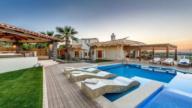 New 4 bedroom villa, sleeps 8, sea view, pool & lazy river, vacation rental in Hersonissos