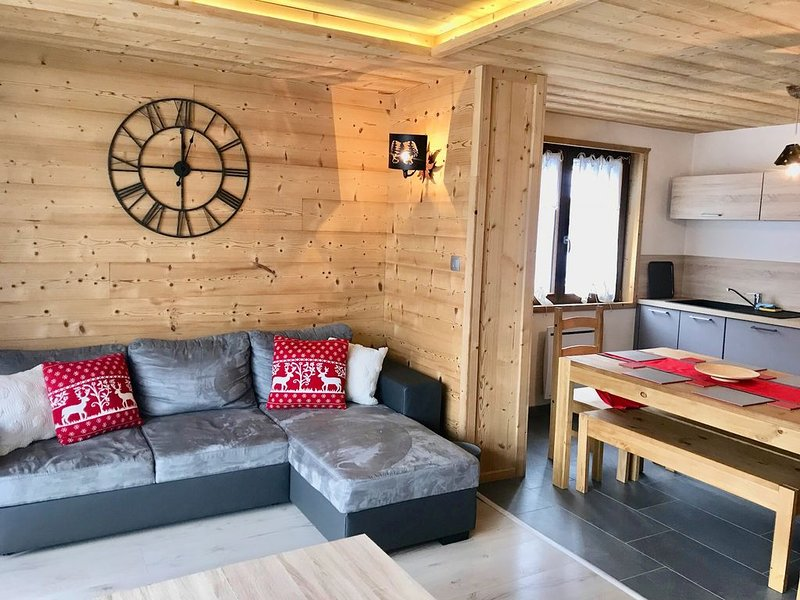 Spacious & stylish alpine apartment ideal for both summer and winter holidays, location de vacances à La Chapelle d'Abondance