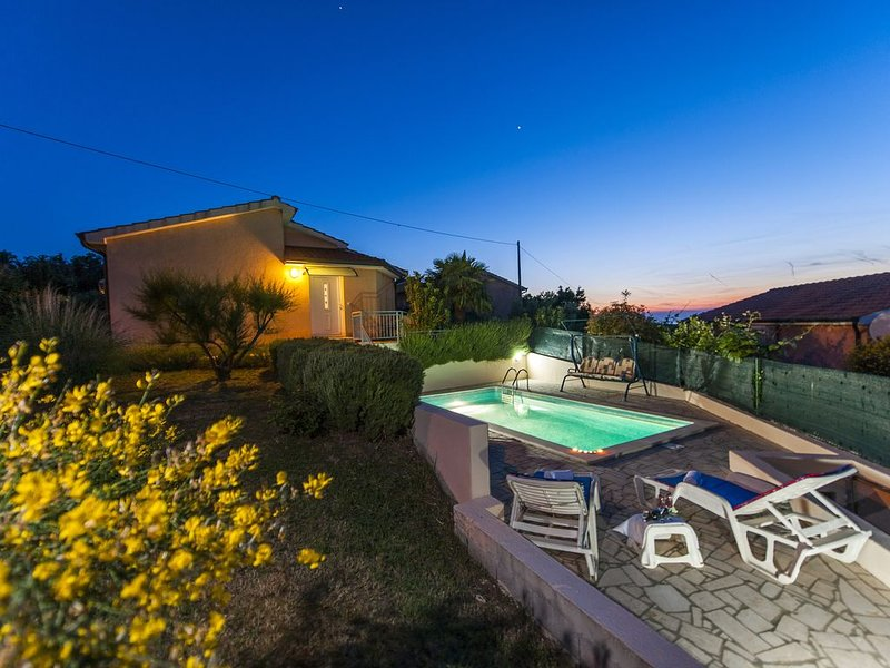 Air Conditioned Private Villa with Private Pool and Panoramic Views, holiday rental in Radmani