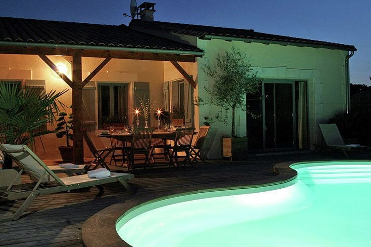 Luxurious villa with terrace in the rural Chalais, holiday rental in Parcoul