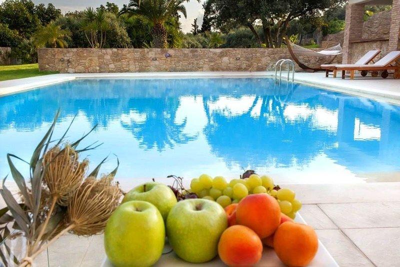 Melitini - Seven Bedroom Villa, Sleeps 16, location de vacances à Malaxa