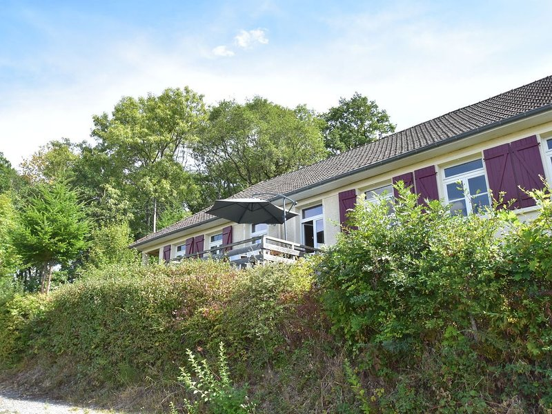 Luxurious Holiday Home in Cuzy with Swimming Pool, vacation rental in Saint-Didier-sur-Arroux