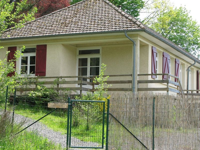 Spacious Holiday Home with Swimming Pool in Cuzy, vacation rental in Saint-Didier-sur-Arroux