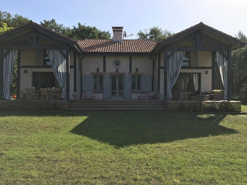 Loue maison 10 couchages avec piscine, dans les Landes à 10 km des plages, casa vacanza a Lesperon