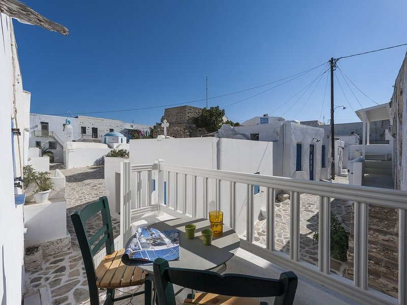 Kastro House overlooking the old Venetian Castle in town centre, location de vacances à Antiparos Town