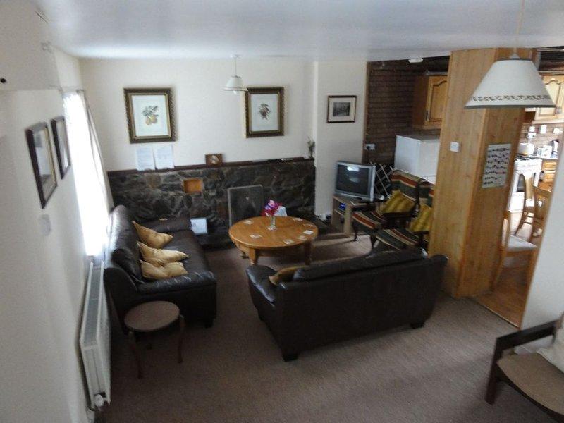 Sittområde med öppen spis och TV
