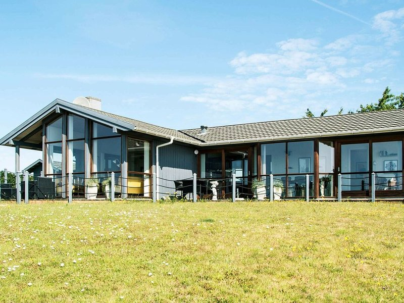 Luxurious Holiday Home in Rønde Jutland With Ocean Near, holiday rental in Foelle Strand