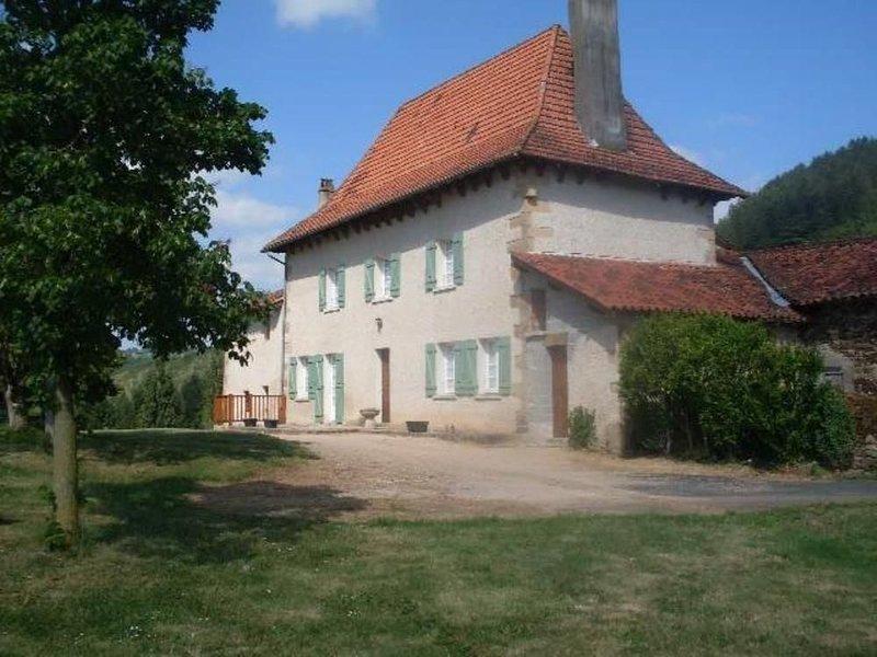 Grande maison en pierre avec piscine et magnifique point de vue, holiday rental in Le Bourg