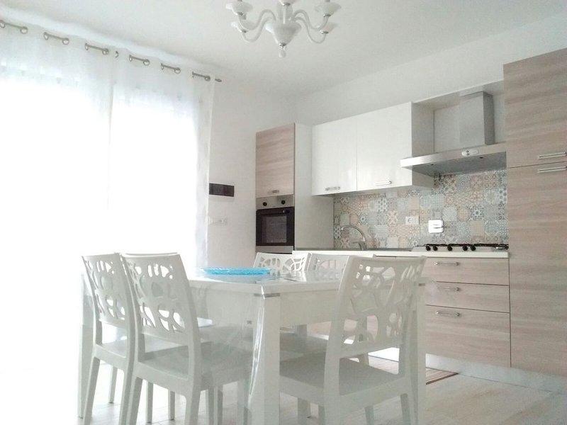 Stupenda abitazione con posto auto a pochi passi dal mare e servizi vari, holiday rental in Castrignano del Capo