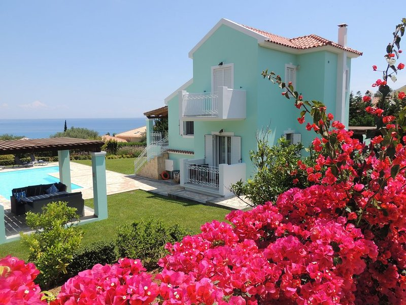Villa Hara - 4 Bed Villa, Large Pool, Fabulous Sea and Mountain Views Free WiFi, location de vacances à Karavados