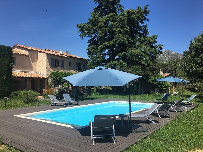 Bastide Provençale dans son écrin de verdure, piscine 10x5 m, parc arboré, location de vacances à Gémenos