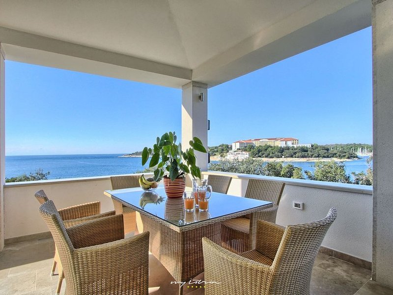 Beautiful property with private beach in Pula, holiday rental in Pjescana Uvala