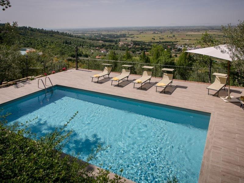 Villa con piscina estremamente panoramica, posta a soli 4 km da Castiglion Fiore, holiday rental in Castroncello