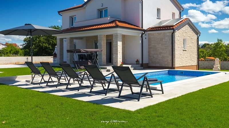 Lovely villa with pool near Porec and the beaches, vacation rental in Porec
