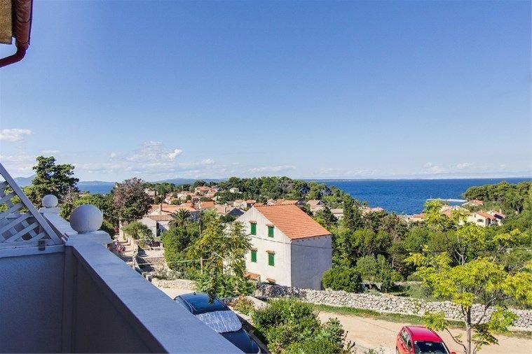 Very nice positioned apartment Ani 1 with balcony, WIFI, air condition..., aluguéis de temporada em Veli Lošinj