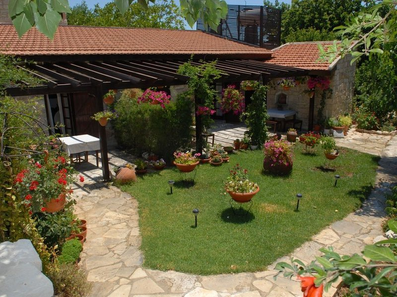 'AGROTIKO' maison traditionelle  maison de deux chambres, vacation rental in Stroumbi