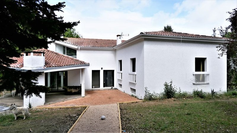 VILLA  D'ARCHITECTE PROCHE DE TOULOUSE EN BORDURE DE FORET, casa vacanza a Paulhac