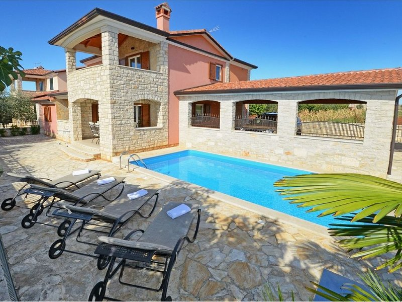 Cozy Holiday Home in Rogovici with Swimming Pool, holiday rental in Roskici