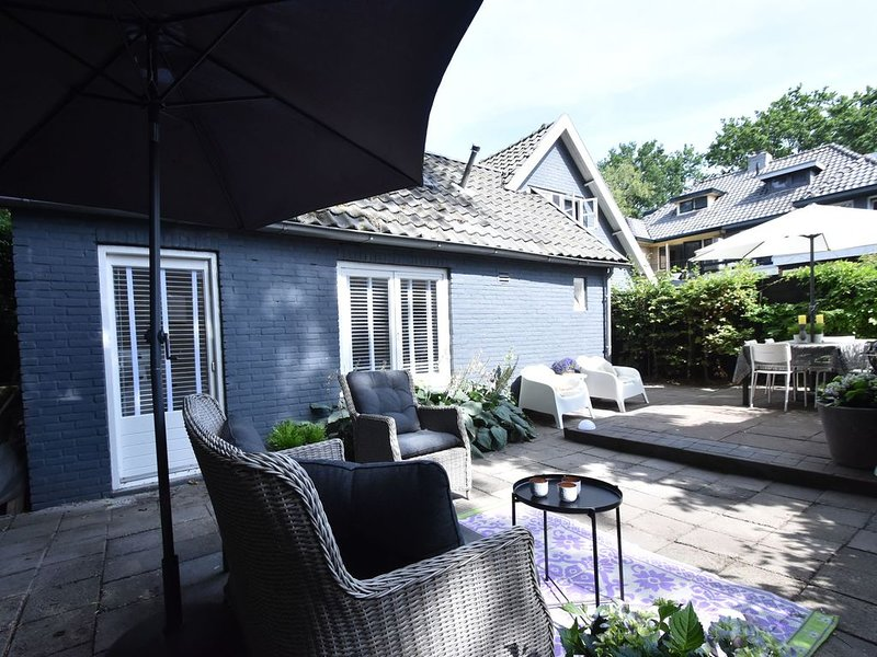 Hip summer house in the centre of artists' village Bergen with terrace, vakantiewoning in Bergen
