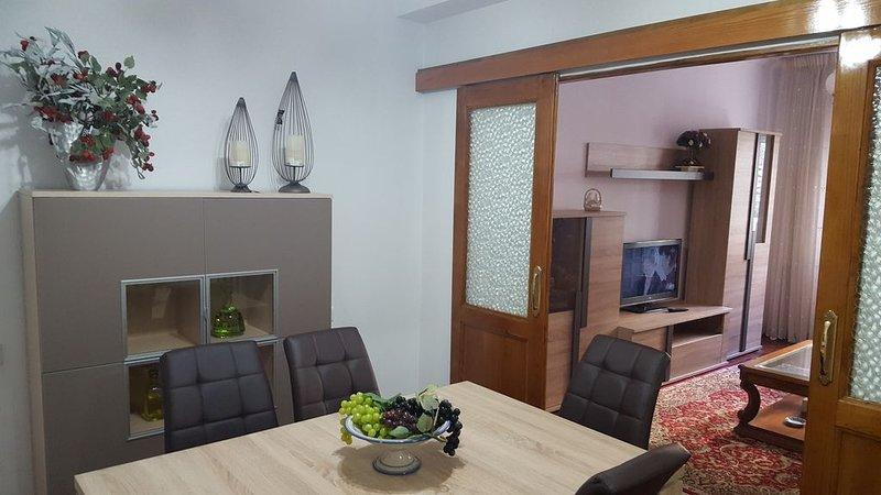 Apartamento vacaciones, céntrico, temporadas, holiday rental in Sober