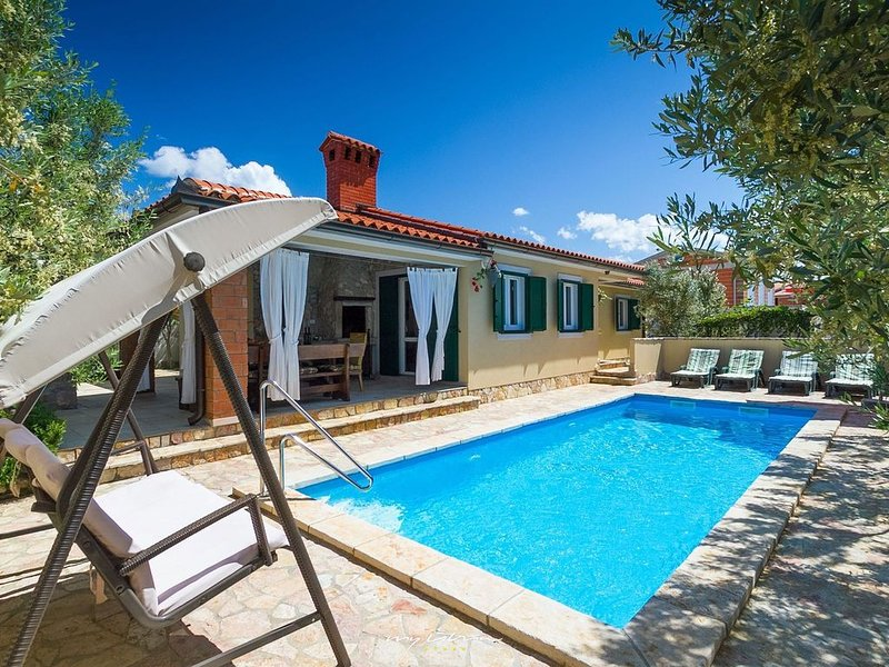 Beautiful villa with heated pool near Rovinj, holiday rental in Barbariga
