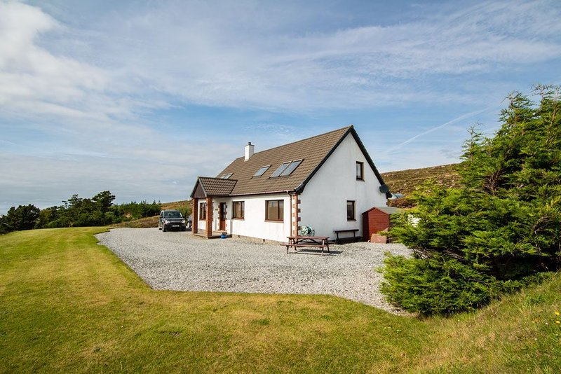 MODERN SELF-CONTAINED APARTMENT WITH SURROUNDING SEA AND MOUNTAIN VIEWS, alquiler vacacional en Shieldaig