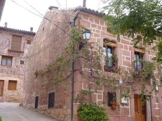 Casa rural con jardín con bbq y horno de leña (alquiler íntegro) para 8 personas, vacation rental in Mirabueno