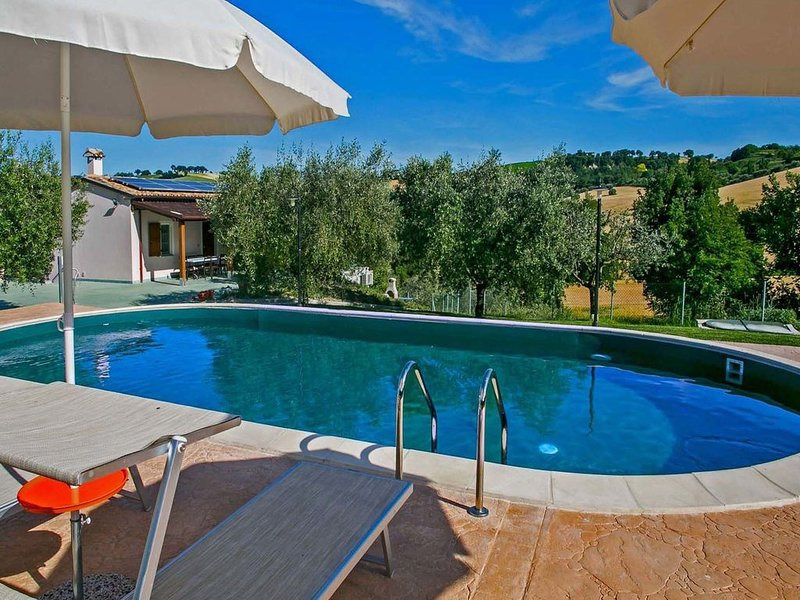 Spacious Villa in Fossombrone with Private Pool, location de vacances à Fratte Rosa