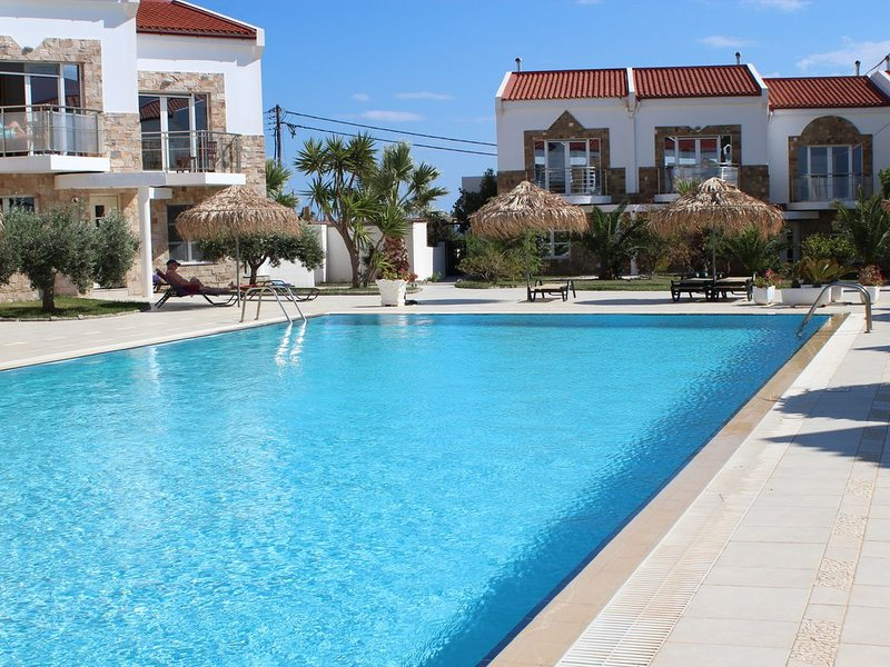 Superb Villa with Large Shared Pool, casa vacanza a Pefki